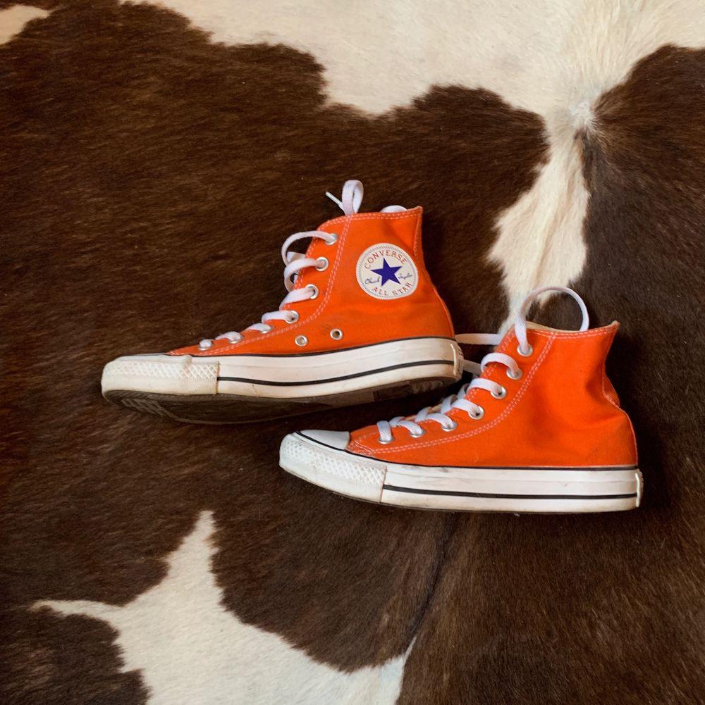 Höga Converse med snygg orange färg🧡.          Storlek: 37🧡 Startpris 150kr, Direkt köp 400kr. Buda med minst 10kr varje gång ✨Köpare står för frakten 🧡 . Skor.