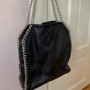 stella mccartney liknande väska från Tiamo, perfekt som skol väska då dator osv får plats. Om många är intresserade buda i kommentarerna💜💜