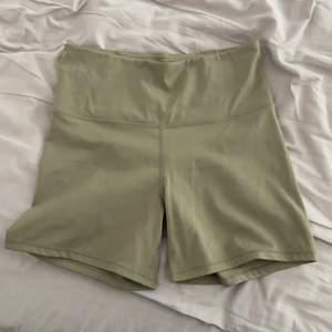Tränings shorts från HM, i grönt! Storlek S, använda 1 gång bara. Säljer för 80kr + frakt