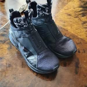 En åkta Puma skor som är I mycket bra skick och passar till båda kön. Skorna kan vara användas när som hälst och matcherar till allt. Passar 40_41