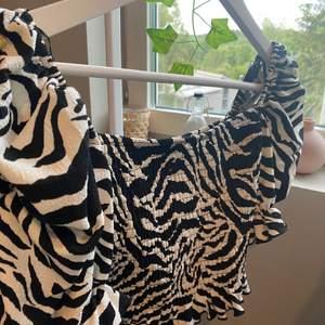 Säljer min zebra topp från bikbok, aldrig används. 199kr frakt inräknat.