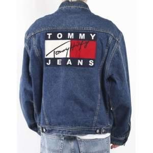 En mörkblå jeansjacka, näst intill helt oanvänd och där av säljer jag den (osäker på äktahet) köparen står för frakten✨✨