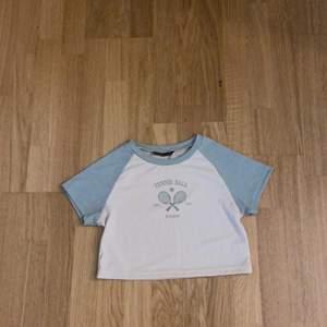 Lite kortare t-shirt, nästan aldrig andvänd, betalas med swish, väldigt tunt material😽