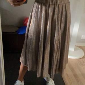 Säljer denna supersnygga glittriga kjol från vila