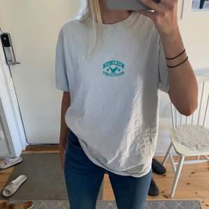 sjukt snygg biege/grå oversized t-shirt från manavdelningen på urban outfitters!🤩