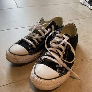 """Svarta låga converse i storlek 42,5, köpte dom till min brorsa men han kunde inte ha dom så säljer vidare :) dom är unisex. dom är lite """"smutsiga"""" på sidorna så om du frågar kan du få närmare bilder på det <3"""