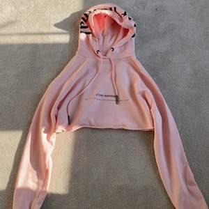 En hoodie från c'est normal som knappt är använd.