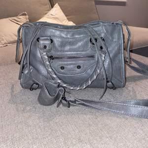 """En """"balenciaga väska"""" som ser exkat ut som orgenalet 😍 köptes utomlands för ett tag sen, passar till allt. Buda i kommentarerna eller direkt köp för 1800"""