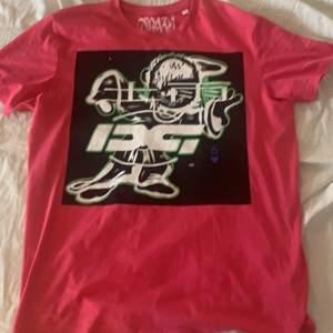 Rare drain gang T-shirt, sitter lite oversize, limited edition som inte säljs längre. Buda i kommentarerna