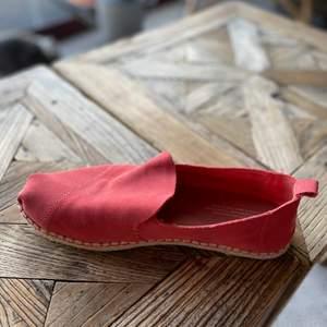 Supersköna, som tofflor på foten. Slip-on. Hallonröda.