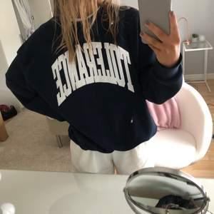 En jätteskön sweatshirt från Weekday med tryck, använd fåtal gånger. Storlek M, sitter lite oversized på mig som vanligtvis har S💕