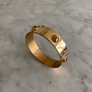 Säljer mitt sophie by sophie screw armband i guld!