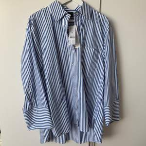 Randig oversize skjorta från Ginatricot. Slutsåld. Nypris 399. Säljer för 200. Storlek 38.