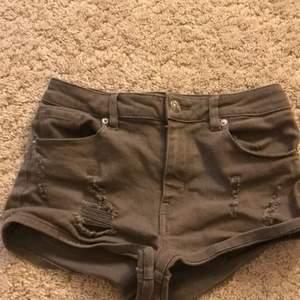 Militär gröna shorts från Hm i storlek 34, har slitningar på framsida lår säljer, bra skick säljer pga för små. 30kr plus frakt
