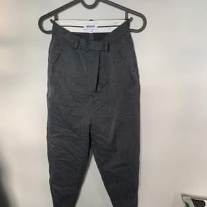 Mörkgrå supersnygga kostymbyxor från weekday i fin kvalite och skick!
