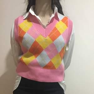 En jättefin stickad tröja. Den har jättefina färger som passar perfekt till våren och sommaren. Materialet är jätteskön och den är använd ett fåtal gånger. Om många är intresserade så blir det bud. Buda minst med 20kr :)