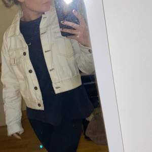 Vit-beige jeansjacka från zara i storlek S. Skitfin nu till våren😍