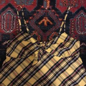 Så snyggt rutigt linne, y2k vibes!😍🙌 storlek XS men passar även mig som är S! 60kr + 48kr frakt