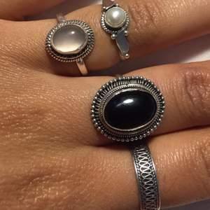 Två ringar på ringfingret är till salu, den ena är dekorerad med månsten, den andra med pärla. Båda är vintage och stämplade 925 (sterling silver) båda säljs för 300inkl frakt 150kr/st