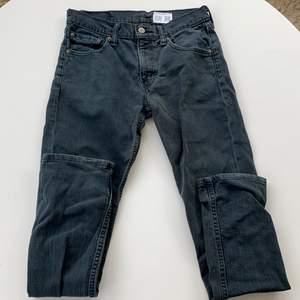 Jättesnygga svarta jeans från Levi's! Storlek: w29 l32! Utgångspris:100kr