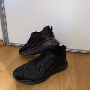 Säljer nu mina Nike air Max 720 på grund av att dom inte passar mig. Jag har testat dom en gång för ett tag sedan sen har jag bara låtit dom stå kvar här hemma men nu säljer jag dem nypris  är 2100 men jag säljer dom för bara 599!!