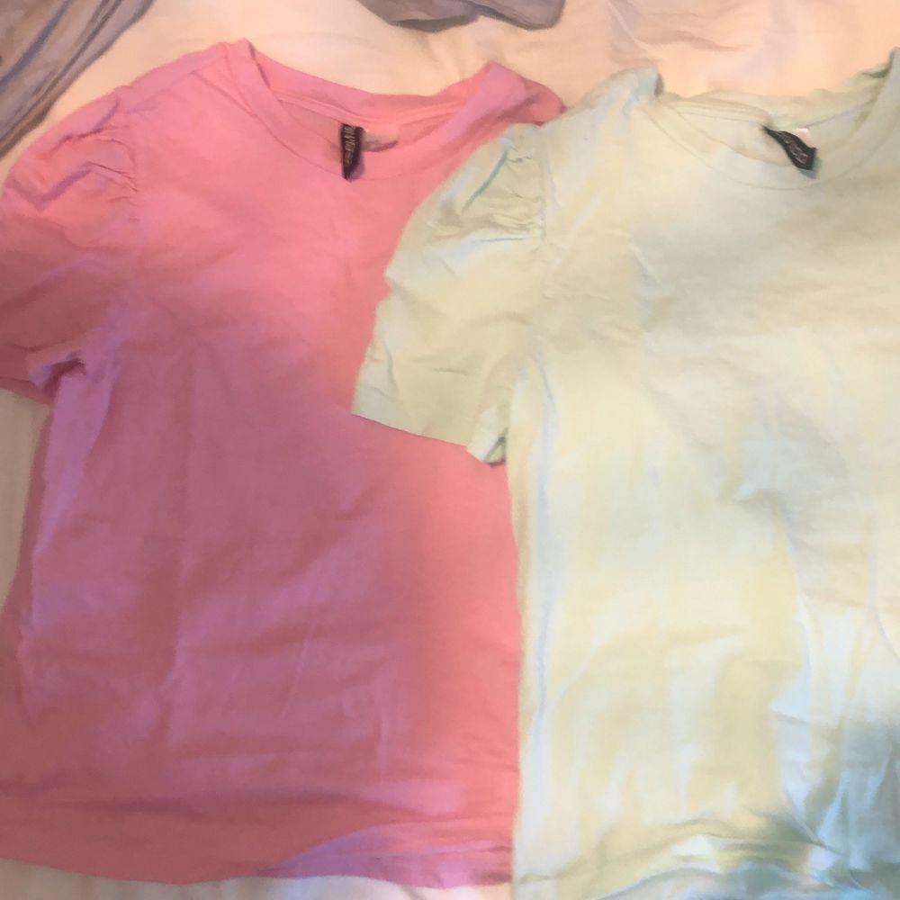 Säljer dessa två super fina t shirts med puffärmar, den gärna är i storlek S och den rosa är xs, super fina till sommaren⚡️🌈. T-shirts.