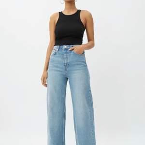 Säljer nu mina fina byxor från Weekday då jag tyvärr har växt ur dom. Super fint skick, inga skador eller defekter. Byxorna är i modellen Ace och färgen heter Air blue.