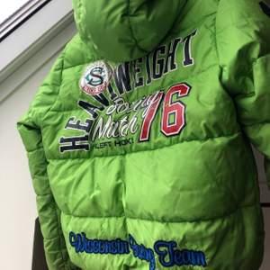 ❗️SÄNKT PRIS❗️Pufferjacket i grön från United Colors Of Benetton. Dun i jackan. Kan skicka fler bilder, hör av dig vid intresse💚 Kan frakta men köpare står för frakt📦