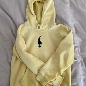 En somrig gul hoodie från Ralph Lauren köpt i Visby, Gotland för ca 600kr💛 Riktig snygg passform!