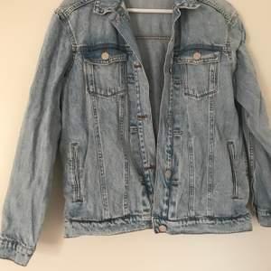 Köp för 40kr och kontakta mig om du har några frågor. Jeansjackan är i bra skick.