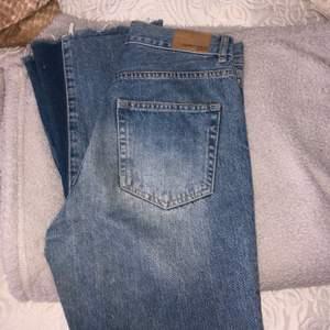 Superfina jeans som tyvärr är för små för mig som gör att jag måste sälja dem, bootcut jeans som används fåtal gånger💕 Dm:a för mer bilder! Pris:100kr + frakt!