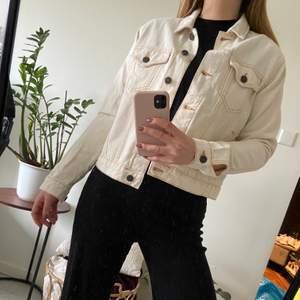 Snygg jeansjacka från Noisy May i en fin cremevit färg, perfekt till våren. Storlek S aldrig använd, 150 kr inklusive frakt.