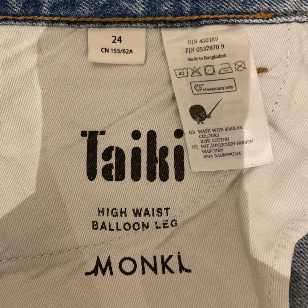 Säljer mina gamla favoriter från monki, säljer då de tyvärr blivit försmå, köparen står för frakten 💞💞. Jeans & Byxor.