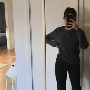 Svarta straightleg jeans ifrån Zara storlek 34, på mig ser dom ut som Flare jeans då dom e lite små men för er som är mindre så blir dem straightleg jeans så som dom ska vara, spårbar frakt 66kr