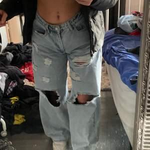 Lägger ut dess igen pga oseriös köpare!!! Jeansen är avsklippta nu, syns inte på bilderna. De passar bra på mig som är 160.Köparen står för frakt!!