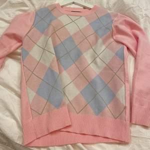 Superfin argyle mönstrad tröja som aldrig är använd! Säljer då den inte är min stil:/ köparen står för frakten eller så möts vi i Stockholm❣️