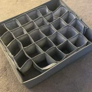 En organiserings sak som man kan lägga i underkläder och stroppar men råkade beställa en för mycket, det är lätt att organisera i!! Köpte för 70kr