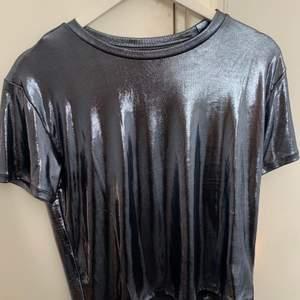 Glittrig/skimrig tshirt från hm storlek S, aldrig använd