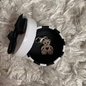Säljer min jättefina berlock från thomas sabo då jag har för många. Den är använd men i fint skick och inga fel på den. Köparen står för frakt 😍🥰😇
