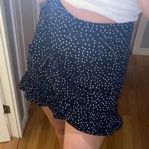 Så fin svart och vit prickig kjol som tyvärr blivit för liten för mig. Är i super skick då jag knappt använt den 🌟