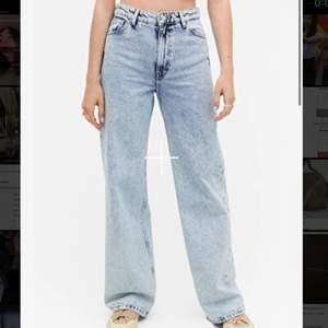 Ljusblå Wide jeans från Monki i modellen Yoko. Storlek 24 aka 32. Säljer pga att dom inte passar. Andvänt kanske 5 gånger så dom är helt som nya💛⚡️Pris kan diskuterad men eftersom dom är som nya vill jag ha minst 200kr för dom