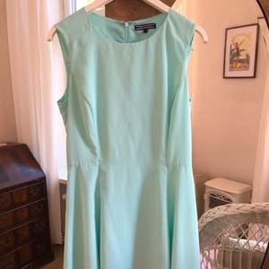 Mintgrön-turkos klänning från Tommy Hilfiger, endast använd en gång. Tunn och somrig.