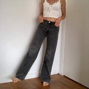 Monkis populära yoko jeans i strl 27. Svarta/gråa. Sparsamt använda så mkt fint skick