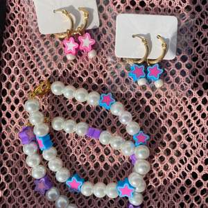 Gjort allt detta själv! Innehåller två par stjärn örhängen,älskar dessa!  Armband lila stjärnor och blåa stjärnor med vita pärlor 😍 köp allt detta för paket pris eller bara några saker. Om du vill köpa bara några saker så skriv till mig,så får du veta på pris ❤️ storlek på armband väljer du!