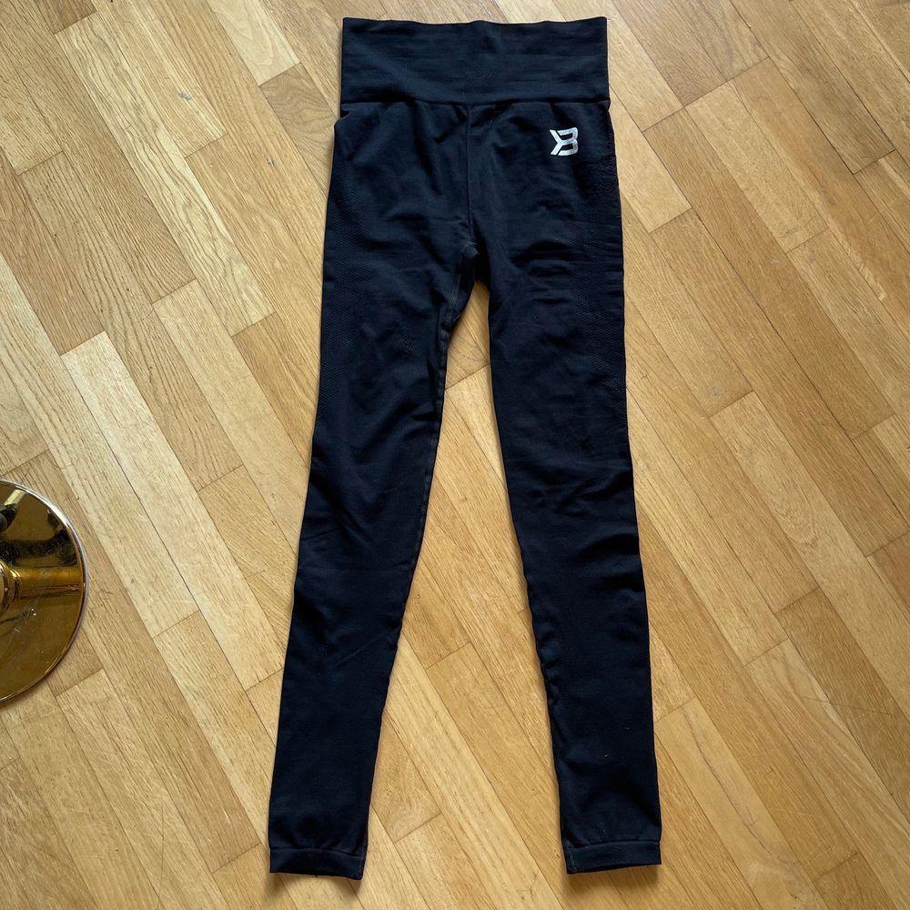 Better Bodies populära Rockaway leggings i storlek S. Använda två gånger. Nypris 499:- lite noppriga på vänster höft och höger lår, men knappt märkbart. Super high waist och skönt material som andas bra. Köparen betalar frakt. Kan mötas upp i Göteborg. I hemmet finns en hund (leggingsen är såklart nytvättade, men bra att veta för allergiker). Jeans & Byxor.