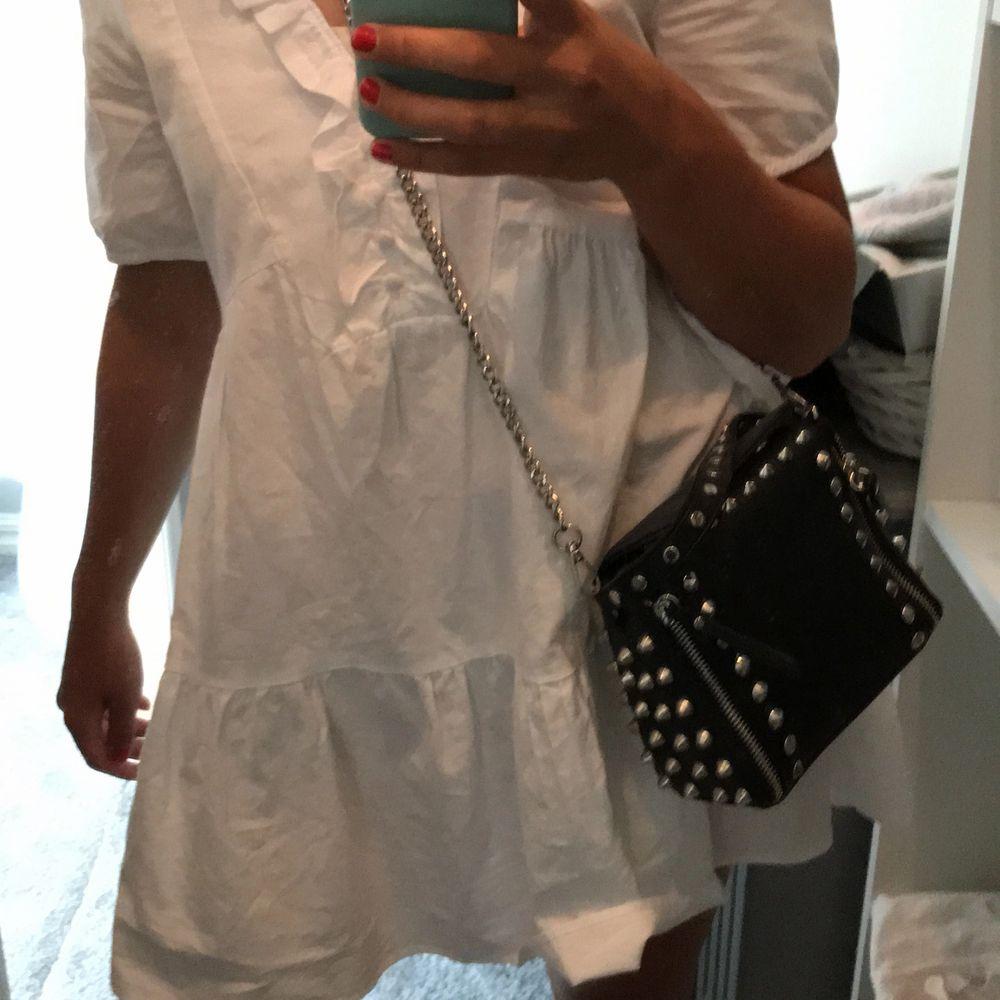 Denna fina väska som passar perfekt till en fin klänning nu på sommaren säljs nu med ett startbud på 450🤪De coola nitarna ger väskan speciell på ett sätt som är unikt😀😀😀. Väskor.
