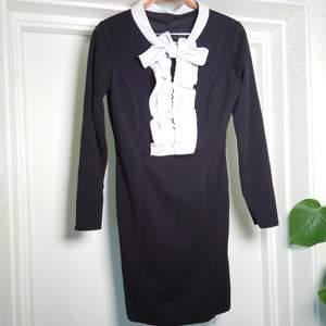 Vintageklänning med knytning och krås. Fantastiskt fin🍀