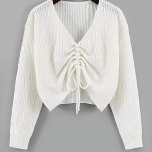 Säljer denna stickade tröja med knyte som är helt oanvänd 💕