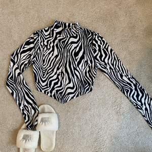 Long sleeve från Shein med zebra mönster och öppen rygg (bild 3) Stretchigt material! Använd få gånger, fint skick! Kontakta mig vid intresse/frågor. Köparen står för frakt (66kr) & jag tar endast swish! 🖤🤍