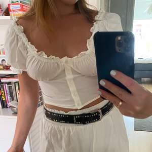 Säljer denna supersöta topp från Gina tricot förra sommaren då jag rensar ut, verkligen en så användbar tröja på sommaren som passar till allt och både fest och vardag! I mycket bra skick🌸🌸🌸BUDA